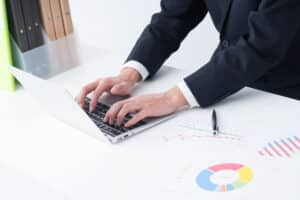 マーケティング資料とノートパソコン